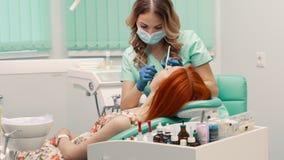 Ung kvinna på mottagandet med tandläkaren stock video