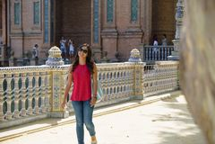 Ung kvinna på Plaza de España Sevilla i Spanien royaltyfri bild