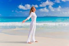 Ung kvinna på sanden nära havet Arkivfoto