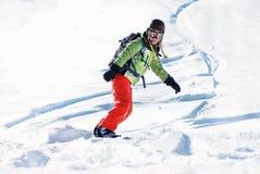 Ung kvinna på snowboard Royaltyfri Fotografi