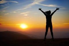 Ung kvinna på solnedgången Royaltyfri Foto
