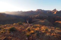 Ung kvinna på spetsen av hästskoMesa i Grand Canyon arkivbilder