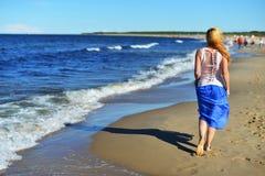 Ung kvinna på strand arkivbilder