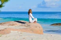 Ung kvinna på stranden Arkivbild