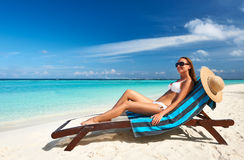 Ung kvinna på stranden Royaltyfria Bilder