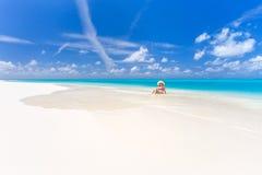 Ung kvinna på stranden royaltyfria foton