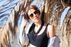 Ung kvinna på stranden i solig dag för vinter bara Royaltyfri Foto