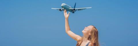 Ung kvinna på stranden och landningnivåerna LoppbegreppsBANER, långt format arkivfoto