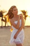 Ung kvinna på stranden under solnedgång royaltyfri fotografi