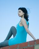 Ung kvinna på taket Arkivbilder