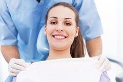 Ung kvinna på tandläkarekontoret Royaltyfri Bild