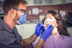 Ung kvinna på tandläkarekontrollen close upp royaltyfri foto