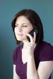 Ung kvinna på telefonen Royaltyfria Foton