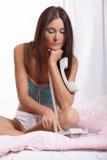 Ung kvinna på telefonen Royaltyfri Fotografi