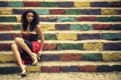 Ung kvinna på trappa Fotografering för Bildbyråer