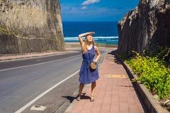 Ung kvinna på vägen till stranden Pandawa, Nusa Dua, Bali, Indone arkivfoton