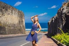 Ung kvinna på vägen till stranden Pandawa, Nusa Dua, Bali, Indone arkivfoto