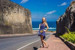 Ung kvinna på vägen till stranden Pandawa, Nusa Dua, Bali, Indone royaltyfria bilder
