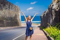 Ung kvinna på vägen till stranden Pandawa, Nusa Dua, Bali, Indone fotografering för bildbyråer