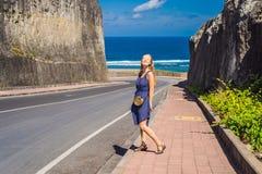 Ung kvinna på vägen till stranden Pandawa, Nusa Dua, Bali, Indone arkivbilder