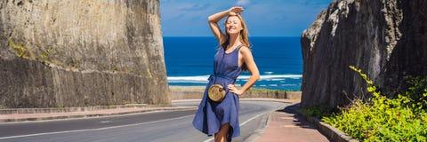 Ung kvinna på vägen till stranden Pandawa, Nusa Dua, Bali, Indonesien BANER, LÅNGT FORMAT arkivbilder
