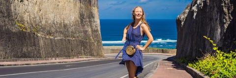 Ung kvinna på vägen till stranden Pandawa, Nusa Dua, Bali, Indonesien BANER, LÅNGT FORMAT royaltyfria bilder
