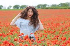 Ung kvinna på vallmofält Royaltyfri Foto