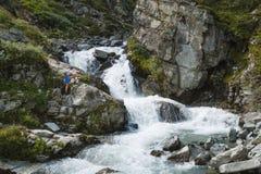 Ung kvinna på vattenfallet, ledare Royaltyfria Foton