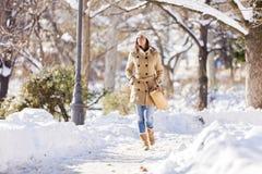 Ung kvinna på vintern Arkivfoton