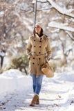 Ung kvinna på vintern Arkivfoto