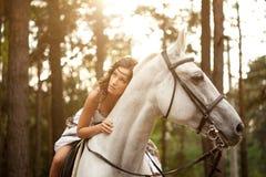 Ung kvinna på en häst Hästryggryttare, kvinnaridninghäst Arkivfoton