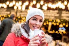 Ung kvinna på julmarknaden Royaltyfria Bilder
