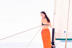 Ung kvinna på segelbåten Fotografering för Bildbyråer