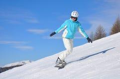 Ung kvinna på snowboard Royaltyfri Bild