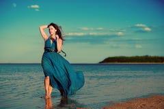 Ung kvinna på stranden Arkivfoton