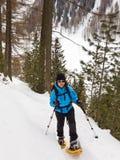 Ung kvinna Snowshoeing i södra Tyrol royaltyfria foton