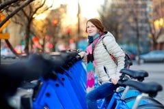 Ung kvinna som är klar att hyra en cykel i New York royaltyfri bild