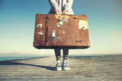 Ung kvinna som är klar att resa med hennes resväska royaltyfri bild