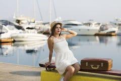 Ung kvinna som är klar för havskryssning Arkivfoto