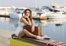 Ung kvinna som är klar för havskryssning Royaltyfria Bilder