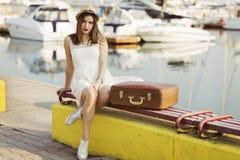 Ung kvinna som är klar för havskryssning Royaltyfri Bild