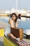 Ung kvinna som är klar för havskryssning Arkivbilder