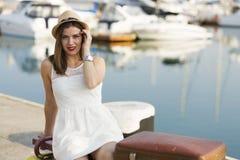 Ung kvinna som är klar för havskryssning Royaltyfri Foto