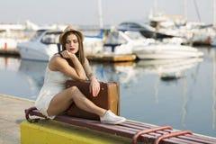 Ung kvinna som är klar för havskryssning Royaltyfri Fotografi