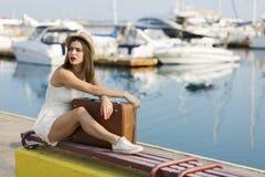 Ung kvinna som är klar för havskryssning Arkivfoton