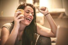 Ung kvinna som är lycklig för framgång på affärsplanet royaltyfri foto