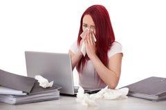 Ung kvinna som är sjuk på arbete Royaltyfri Foto