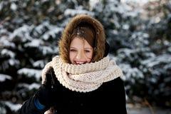 Ung kvinna som är utomhus- i vintern Arkivbild
