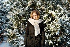 Ung kvinna som är utomhus- i vintern Fotografering för Bildbyråer