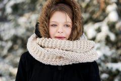 Ung kvinna som är utomhus- i vintern Royaltyfri Foto